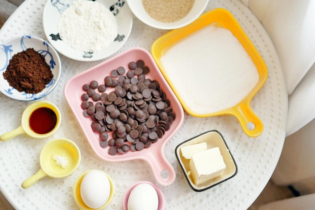 『氣炸鍋。食譜』 巧克力布朗尼&熔岩巧克力|氣炸鍋烤甜點就是這麼簡單   酥皮軟心 濃烈苦甜大人味布朗尼與熔岩巧克力,文末有手繪食譜參考。