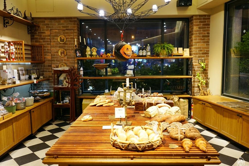 『台中。北區』 拉波兒麵包|像極了咖啡廳的麵包店 野上師傅親授技術  採用日本麵粉等頂級食材 用心製作看得見,蔥麵包(藏ㄚ胖)推薦必買。