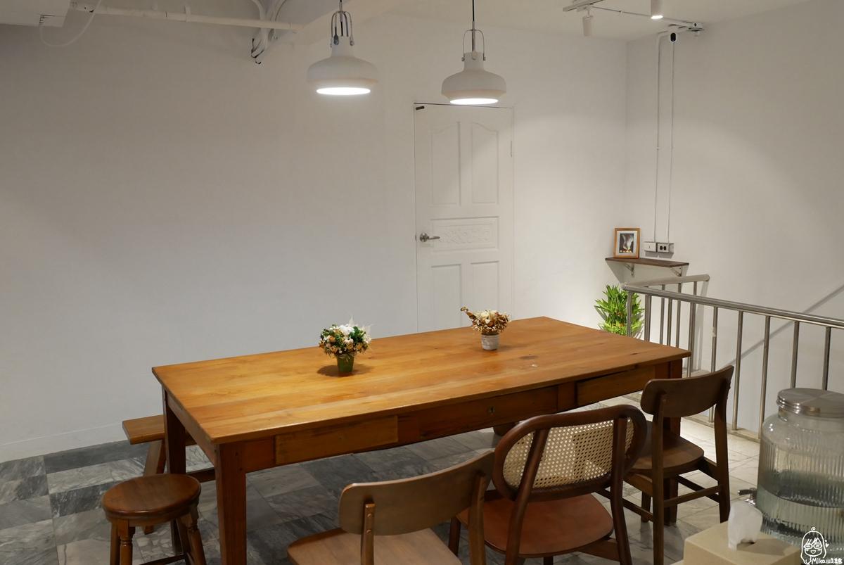 桃園  鞠分號 Ju Semicolo|結合牡蠣咖啡Øyster Café/聚人酒吧、展覽的複合式空間  白天是咖啡廳 晚上是酒吧的老宅文藝復古風。