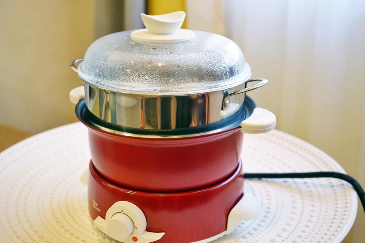 『生活。團購』 鍋寶  多功能料理鍋 小小一台可蒸煮燉煎 走到哪煮到哪  1.5L小體積大容量,一鍋多用,插電即煮精巧不占空間,快閃限時團購優惠價  還贈專用蒸籠組。