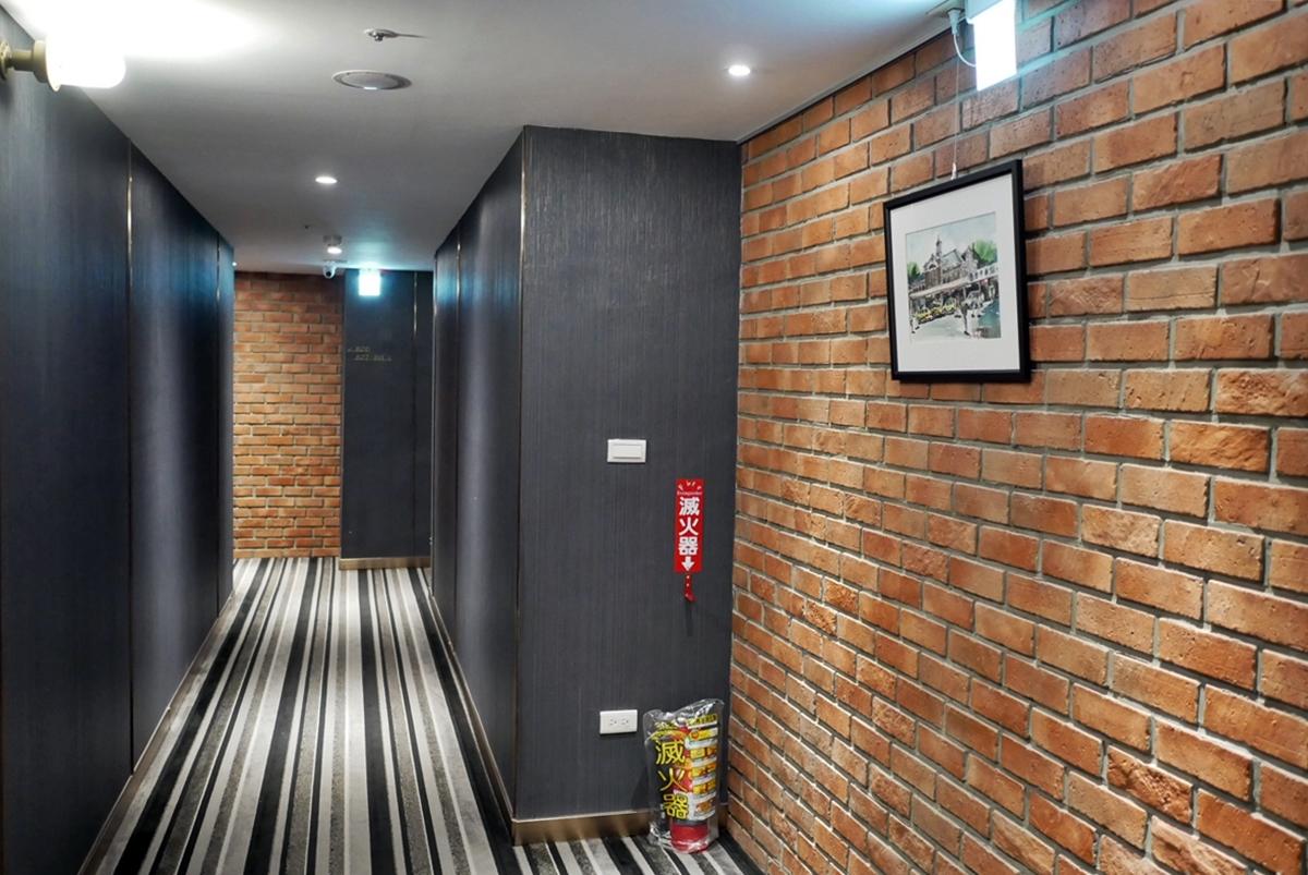 台中 城中城飯店 台中車站周邊住宿推薦  平價CP值超高 鄰近台中第二市場  復古工業風 裸露磚牆設計 倉庫風格飯店 。
