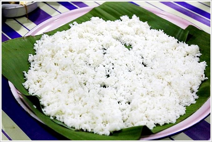 【馬來西亞:麻坡美食】 Homestay Parit Bugis – 到馬來人家中作客吃棕櫚樹葉包的安邦飯(Nasi Ambeng),第一次用手抓飯入口感覺好新鮮,美味的米飯讓人留下深刻的印象!
