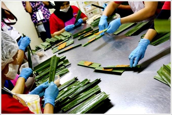 【馬來西亞。麻坡】 K&Y Otak-Otak Product 俊隆烏達 – 馬來西亞特色小吃「烏達」好美味,現包現烤超新鮮,微辣的口感讓人一口接一口完全停不下來!