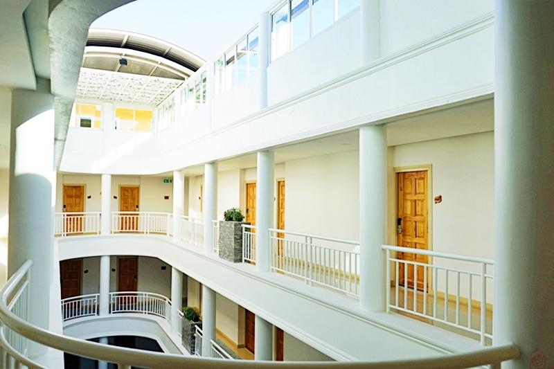 『泰國。泰北』 Hi清萊飯店 (Hi Chiangrai Hotel)&清萊夜市美食推薦|新開幕現代化飯店,平價CP值高,白色建築加上美美游泳池超好拍,靠近清萊夜市 附近還有便宜按摩店之類的 清萊市區推薦住宿。|2018/1117-1125 泰北清邁|清萊|擺鎮 國際水燈節自駕九天八夜之旅
