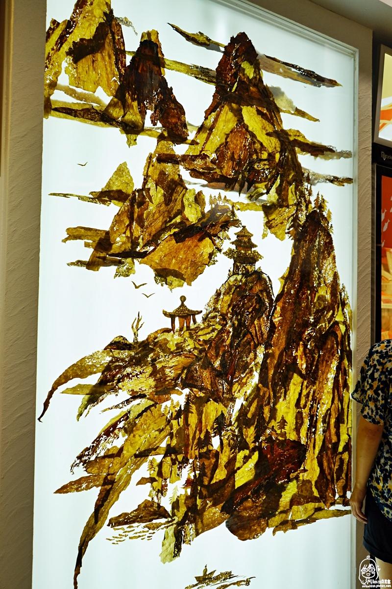 『台北。美食』 Hi-Q褐藻生活館『Hi-Q鱻食』|京華城旁 全台最『藻』餐廳  彷彿置身海底世界用餐,更是寵物友善餐廳。採用吃褐藻醣膠長大的健康好魚,以及全部用藻食材打造厚道料理 ,從食材到醬料都含有滿滿褐藻元素!