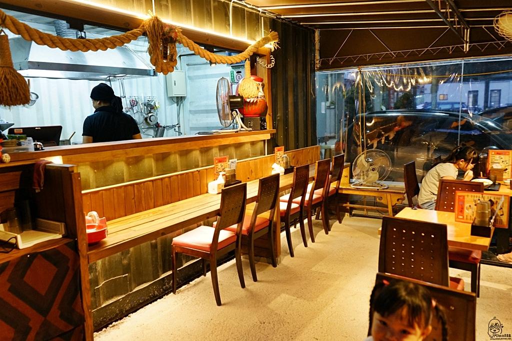 『台中。北區』 麵屋一龍拉麵專門店|大樹下貨櫃平價日式拉麵屋 超威雙刀流豬肋排拉麵必點!採用豬大骨、雞骨、 以及超過10種食材熬煮而成的乳白色濃郁豚骨湯頭,湯濃味鮮,平價美味。