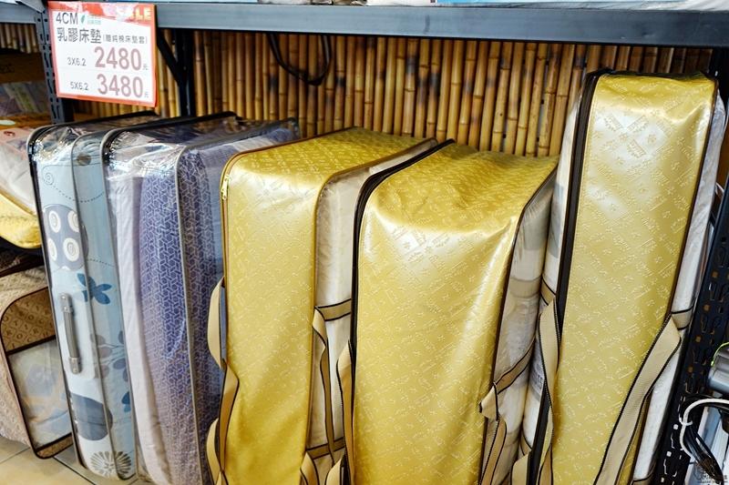 『台中。北屯區』 凡爾賽暢貨中心  夏季出清特賣|100%天絲系列的床包 被單 涼被超值大出清,台灣製獨立筒床墊只要 3990元!超涼感親膚涼被 一件890元 兩件990元!還有各種枕頭特價中…這個夏天不能沒有天絲,快來搶購,買到賺到。