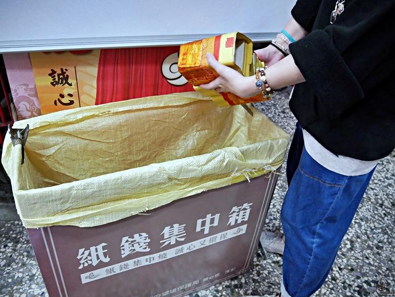 『台中。西區』 台中 應天宮 蘇府大二三王爺廟|這個王爺有點傲嬌 零食與酒通通愛,求財求平安求靈籤  還有超可愛很潮的平安符與王爺包。