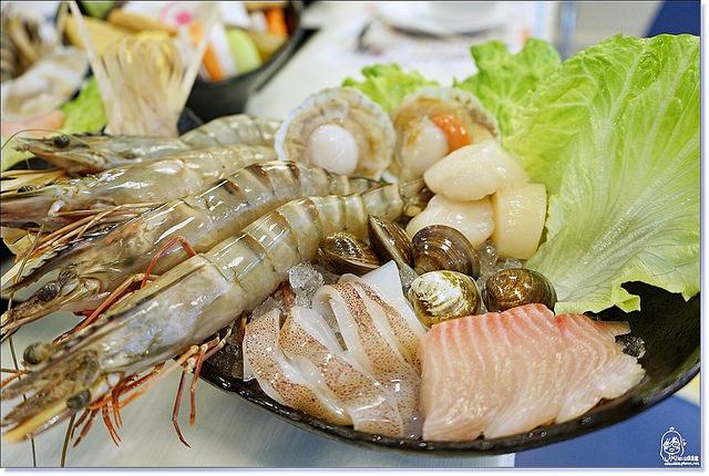 『台中。西屯區』 新珍品海陸鮮鍋-原處女蟳海鮮餐廳,珍的好餐廳關係企業,海鮮生猛的平價火鍋。帝王海大蝦鍋,吃海藻長大的海蝦大到連盤子都裝不下!即日起到2016年4月30日前帝王海大蝦有特價,原880元現在只要680元,另外凡點珍饌海鮮總匯即加贈雙降牛肉一盤!特價期間想嚐鮮要趁早喔^^。 @Mika出走美食日誌