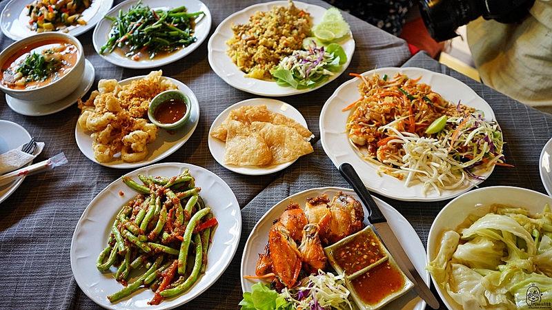 『泰國。清邁』 Dash! Restaurant and Bar 泰式料理酒吧餐廳|古城區推薦蘭那料理  巷弄間的好料 晚上變身成LIVE酒吧餐廳  燈光美 氣氛佳|2018/0314-0320 泰國清邁南邦自駕悠遊樂活之旅 @Mika出走美食日誌