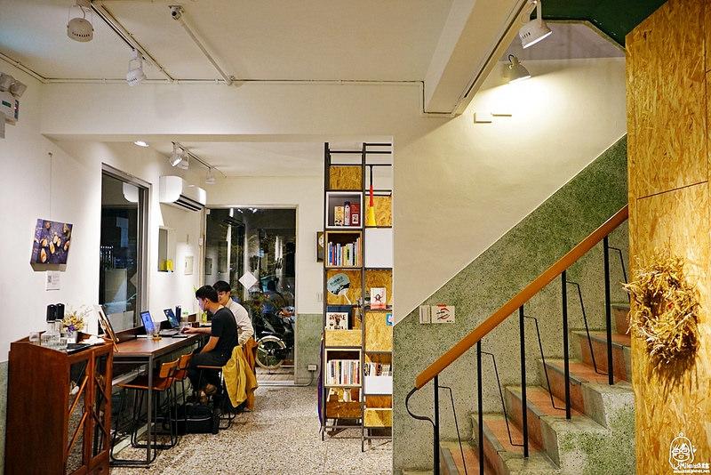 『台中。西區』 Match Neverland 默契咖啡二店|文青藝文空間咖啡廳。台中巷弄間的老宅,一樓是藝文咖啡廳,二樓是坐擁一大片書牆的展覽會議空間,台中人有默契的老朋友新空間。 @Mika出走美食日誌