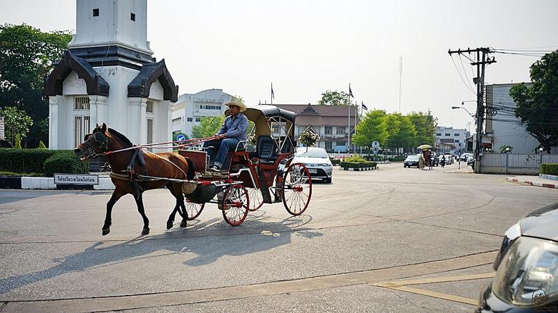 『泰國。南邦』 泰國最古老的木造寺廟之一 Wat Phra That Lampang Luang|傳統的蘭納建築 歷史最悠久的木造寺廟。清邁近郊 南邦 泰國唯一傳統與現代共存的馬車小鎮一日遊|2018/0314-0320 泰國清邁南邦自駕悠遊樂活之旅 @Mika出走美食日誌