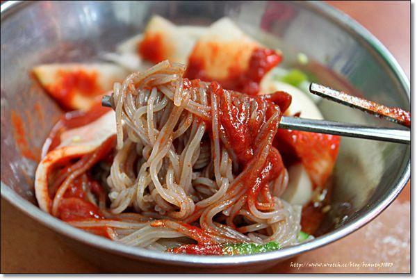 『韓國遊記』2012年首爾自助行-南大門傳統市場與韓奶奶手打麵 @Mika出走美食日誌